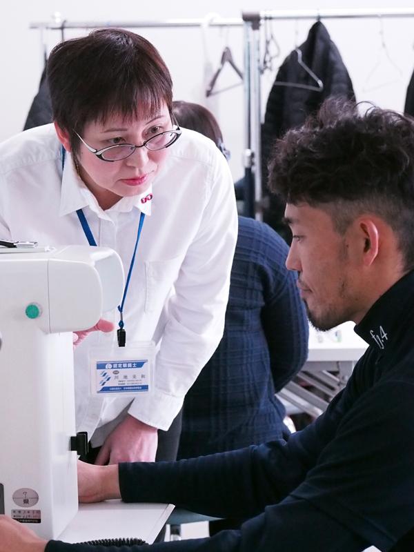 真剣に動体視力計に取り組む『藤井淳志』選手