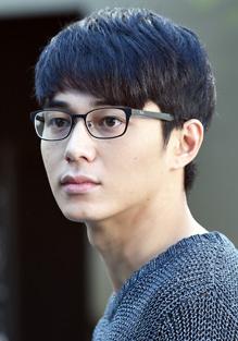 東出昌大さんは奥さんを一途に愛する夫、渡辺涼太役を演じる為、より誠実そうなイメージになるメガネを掛けていらっしゃいます。